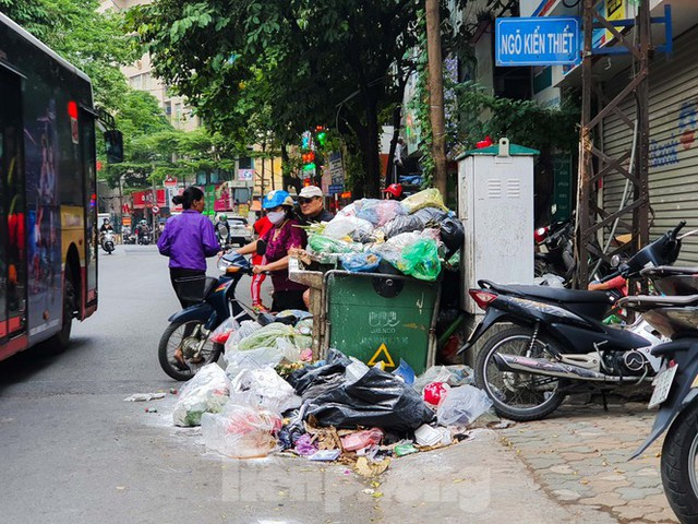 Dân chặn xe vào Nam Sơn, rác lại bao vây đường phố Hà Nội - Ảnh 2.