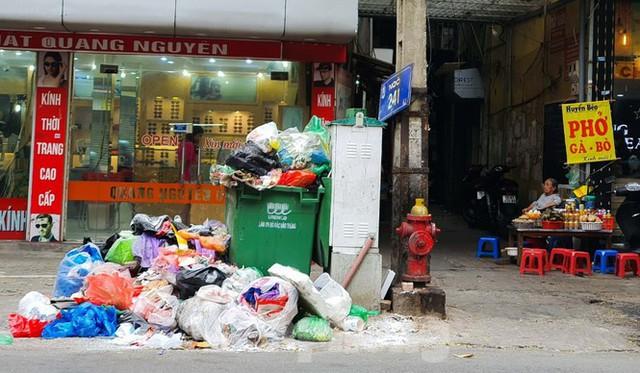 Dân chặn xe vào Nam Sơn, rác lại bao vây đường phố Hà Nội - Ảnh 11.