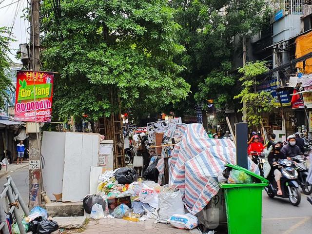 Dân chặn xe vào Nam Sơn, rác lại bao vây đường phố Hà Nội - Ảnh 12.