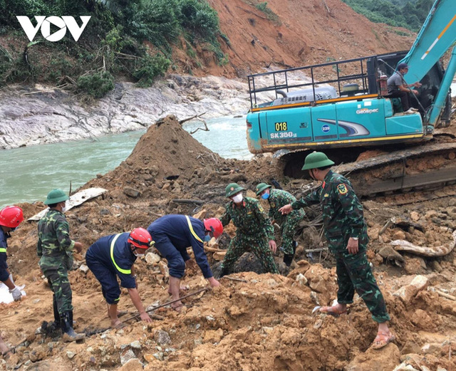 Tìm thấy thi thể thứ 5 vụ sạt lở thủy điện Rào Trăng 3 - Ảnh 12.