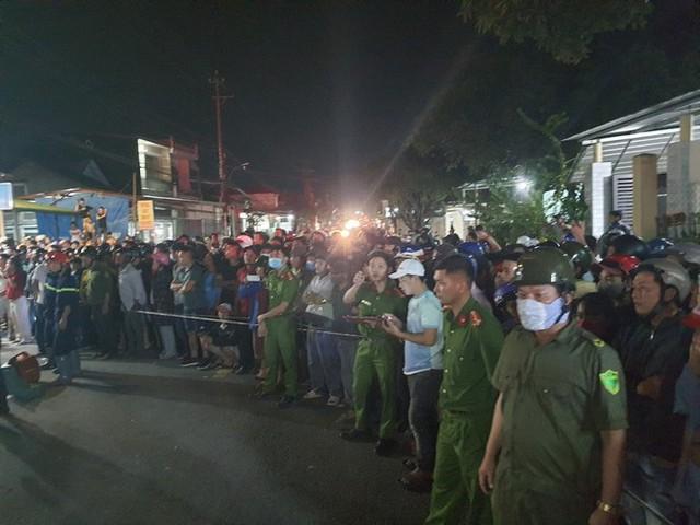 Hiện trường vụ xe điên tông vào nhà dân ở Quảng Ngãi, làm nhiều người chết - Ảnh 14.