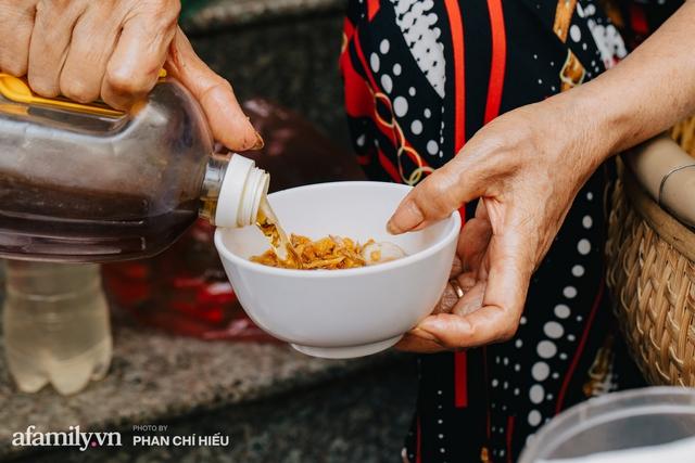Bánh cuốn cà cuống: Món ăn tưởng đã thất truyền, nào ngờ vẫn được người phụ nữ 30 năm bán trên phố Nguyễn Khuyến gìn giữ, ai ăn thử một lần nghiện đến khó quên - Ảnh 15.