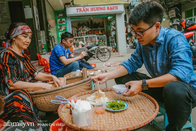 Bánh cuốn cà cuống: Món ăn tưởng đã thất truyền, nào ngờ vẫn được người phụ nữ 30 năm bán trên phố Nguyễn Khuyến gìn giữ, ai ăn thử một lần nghiện đến khó quên - Ảnh 17.