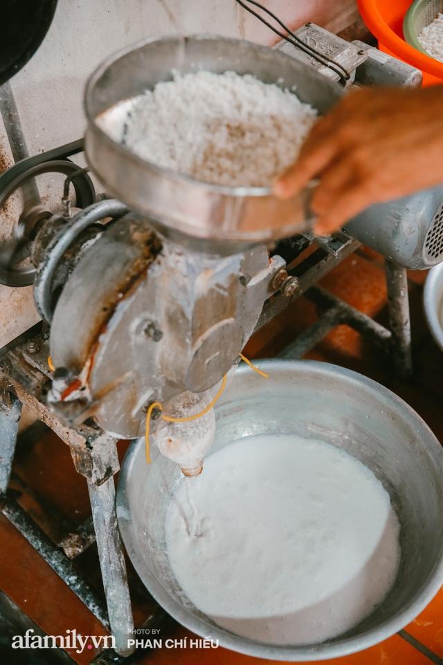 Bánh cuốn cà cuống: Món ăn tưởng đã thất truyền, nào ngờ vẫn được người phụ nữ 30 năm bán trên phố Nguyễn Khuyến gìn giữ, ai ăn thử một lần nghiện đến khó quên - Ảnh 3.