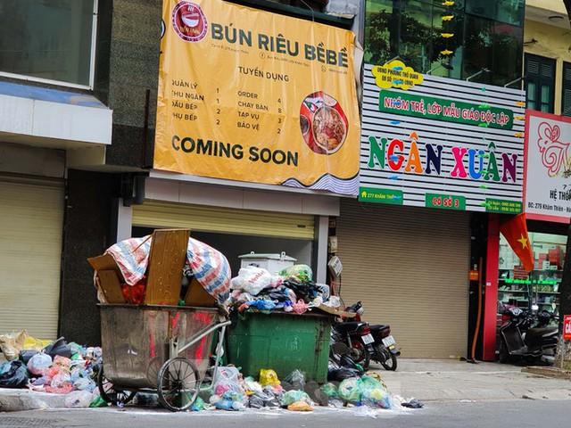 Dân chặn xe vào Nam Sơn, rác lại bao vây đường phố Hà Nội - Ảnh 3.