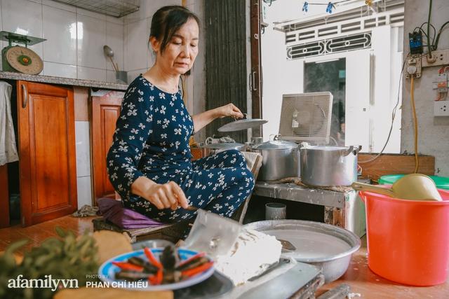 Bánh cuốn cà cuống: Món ăn tưởng đã thất truyền, nào ngờ vẫn được người phụ nữ 30 năm bán trên phố Nguyễn Khuyến gìn giữ, ai ăn thử một lần nghiện đến khó quên - Ảnh 4.