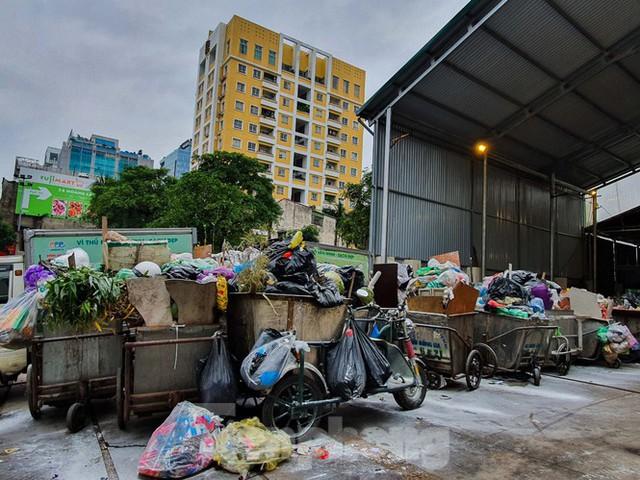 Dân chặn xe vào Nam Sơn, rác lại bao vây đường phố Hà Nội - Ảnh 4.