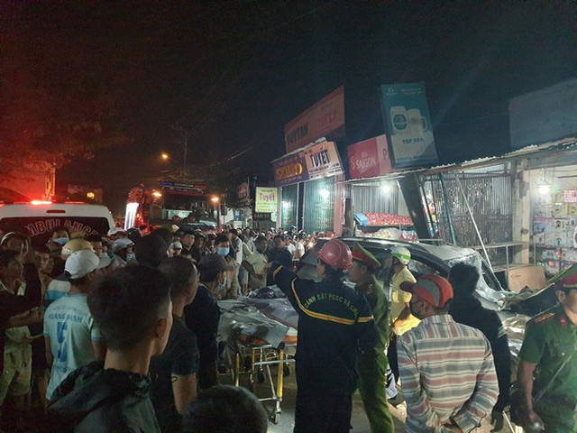 Hiện trường vụ xe điên tông vào nhà dân ở Quảng Ngãi, làm nhiều người chết - Ảnh 5.