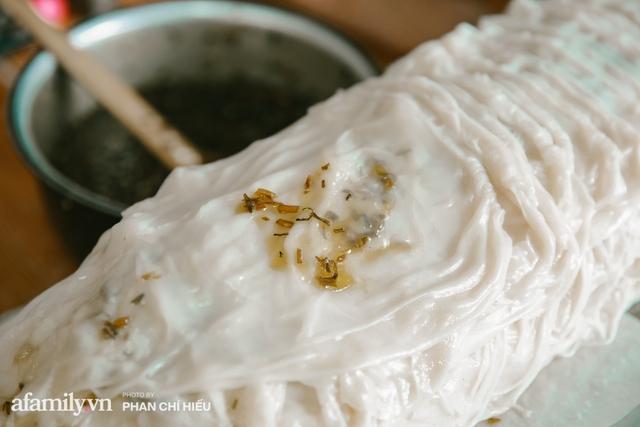 Bánh cuốn cà cuống: Món ăn tưởng đã thất truyền, nào ngờ vẫn được người phụ nữ 30 năm bán trên phố Nguyễn Khuyến gìn giữ, ai ăn thử một lần nghiện đến khó quên - Ảnh 5.