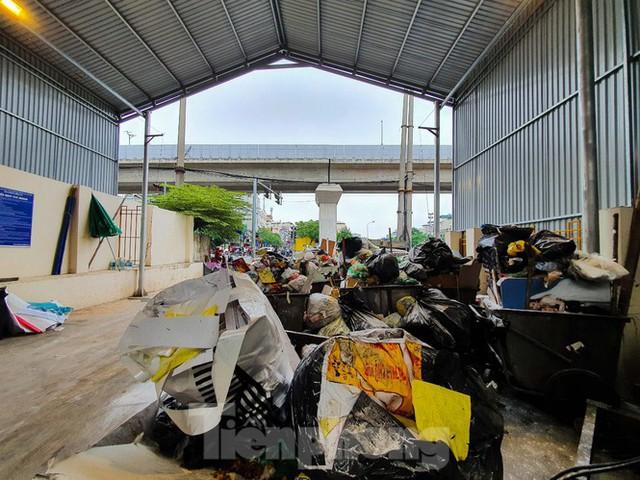 Dân chặn xe vào Nam Sơn, rác lại bao vây đường phố Hà Nội - Ảnh 5.