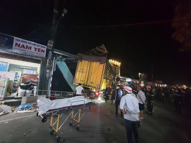 Hiện trường vụ xe điên tông vào nhà dân ở Quảng Ngãi, làm nhiều người chết - Ảnh 6.