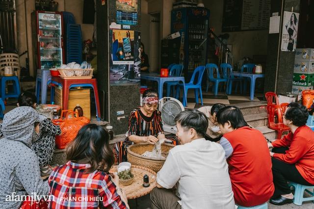 Bánh cuốn cà cuống: Món ăn tưởng đã thất truyền, nào ngờ vẫn được người phụ nữ 30 năm bán trên phố Nguyễn Khuyến gìn giữ, ai ăn thử một lần nghiện đến khó quên - Ảnh 7.