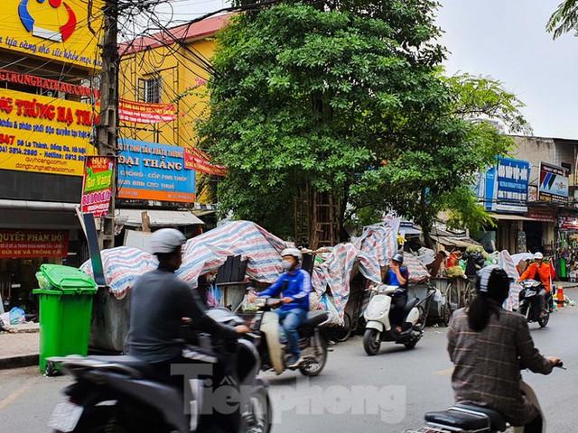 Dân chặn xe vào Nam Sơn, rác lại bao vây đường phố Hà Nội - Ảnh 6.