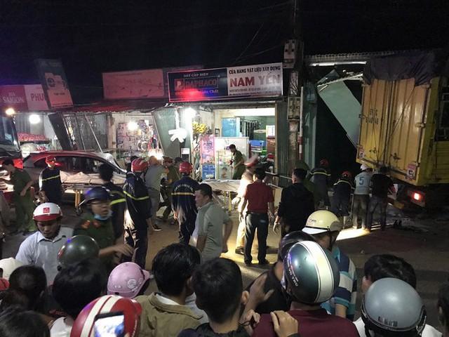 Hiện trường vụ xe điên tông vào nhà dân ở Quảng Ngãi, làm nhiều người chết - Ảnh 7.