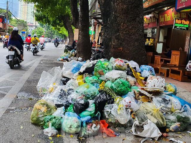 Dân chặn xe vào Nam Sơn, rác lại bao vây đường phố Hà Nội - Ảnh 7.