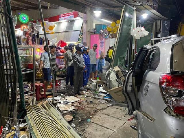Hiện trường vụ xe điên tông vào nhà dân ở Quảng Ngãi, làm nhiều người chết - Ảnh 8.