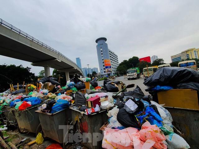 Dân chặn xe vào Nam Sơn, rác lại bao vây đường phố Hà Nội - Ảnh 8.