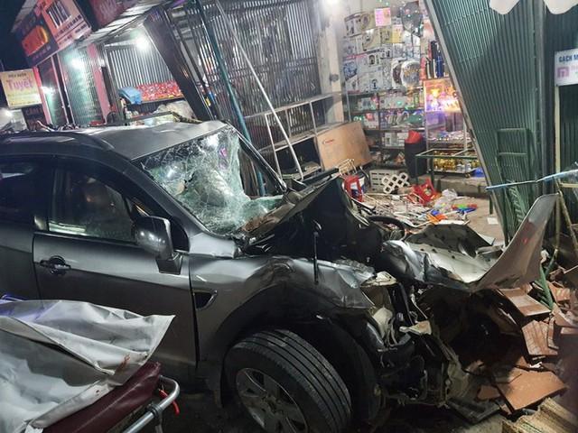 Hiện trường vụ xe điên tông vào nhà dân ở Quảng Ngãi, làm nhiều người chết - Ảnh 9.