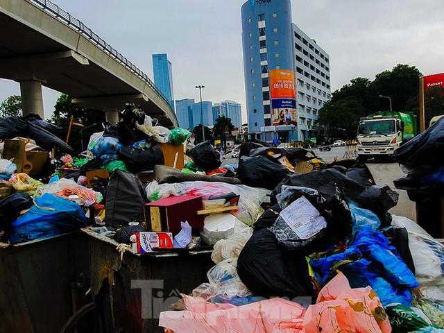Dân chặn xe vào Nam Sơn, rác lại bao vây đường phố Hà Nội - Ảnh 9.