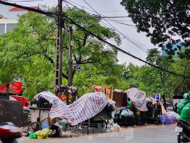Dân chặn xe vào Nam Sơn, rác lại bao vây đường phố Hà Nội - Ảnh 10.