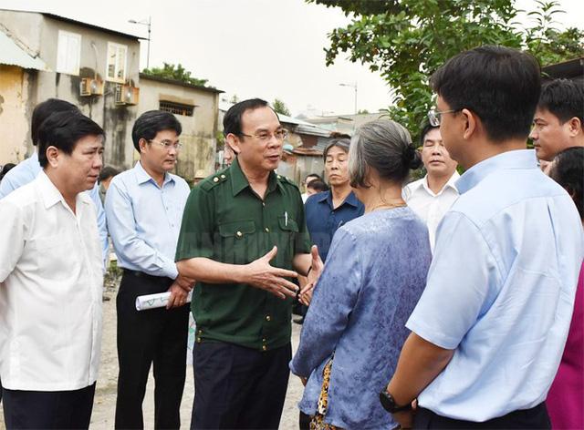 Tân Bí thư Thành ủy TPHCM Nguyễn Văn Nên dầm mưa tìm kế chống ngập  - Ảnh 1.