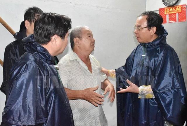 Tân Bí thư Thành ủy TPHCM Nguyễn Văn Nên dầm mưa tìm kế chống ngập  - Ảnh 2.
