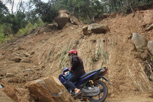 Người dân nín thở đi dưới khối đá 30 tấn lộ ra sau mưa lũ - Ảnh 4.