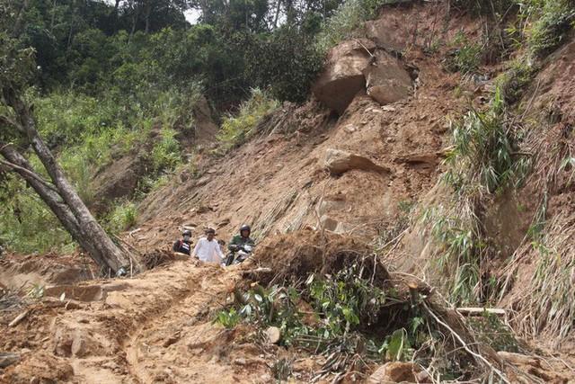 Người dân nín thở đi dưới khối đá 30 tấn lộ ra sau mưa lũ - Ảnh 5.