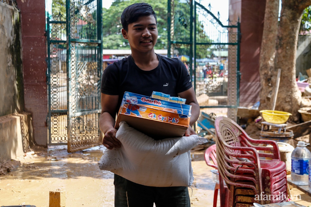Anh hùng chân đất cứu 100 người trong trận đại hồng thủy lịch sử ở Quảng Bình: Ngày nhịn đói đi cứu người, đêm về ông cháu ôm nhau ngủ trên thuyền tránh lũ - Ảnh 12.