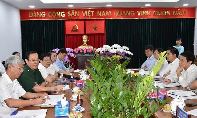 Tân Bí thư Thành ủy TPHCM Nguyễn Văn Nên dầm mưa tìm kế chống ngập  - Ảnh 3.