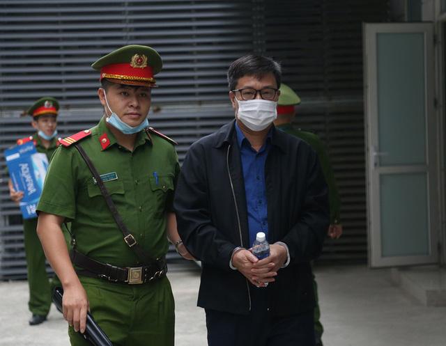 Triệu tập hơn 100 người đến phiên tòa xử đại án thất thoát hơn 1.600 tỷ tại BIDV liên quan ông Trần Bắc Hà - Ảnh 4.