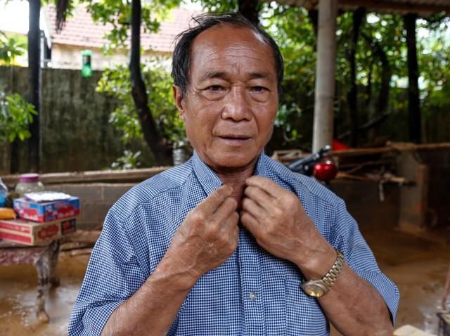 Anh hùng chân đất cứu 100 người trong trận đại hồng thủy lịch sử ở Quảng Bình: Ngày nhịn đói đi cứu người, đêm về ông cháu ôm nhau ngủ trên thuyền tránh lũ - Ảnh 5.