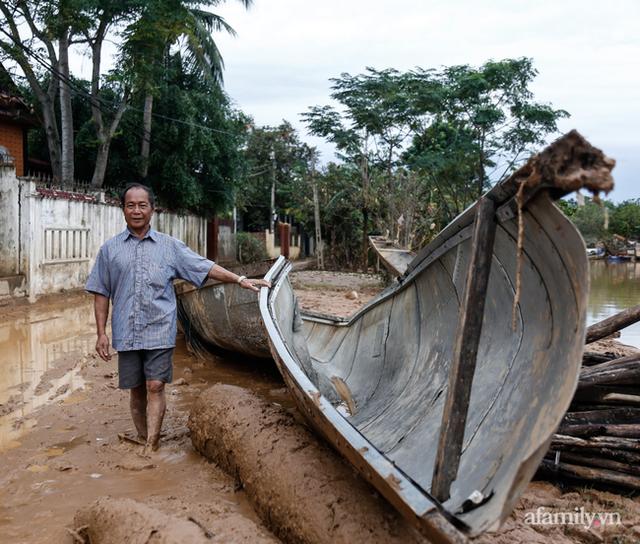 Anh hùng chân đất cứu 100 người trong trận đại hồng thủy lịch sử ở Quảng Bình: Ngày nhịn đói đi cứu người, đêm về ông cháu ôm nhau ngủ trên thuyền tránh lũ - Ảnh 10.