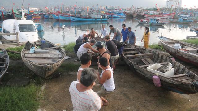 Ngư dân Đà Nẵng hối hả thuê xe cẩu đưa thuyền đi tránh bão số 9 - Ảnh 1.
