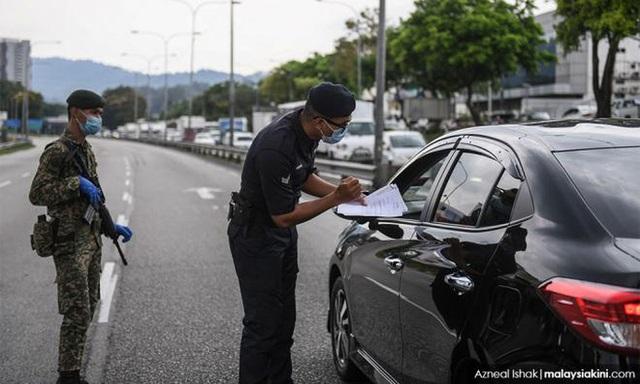 Malaysia cách ly hơn 10.000 cảnh sát do Covid-19  - Ảnh 1.