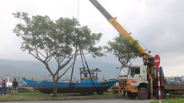 Ngư dân Đà Nẵng hối hả thuê xe cẩu đưa thuyền đi tránh bão số 9 - Ảnh 11.