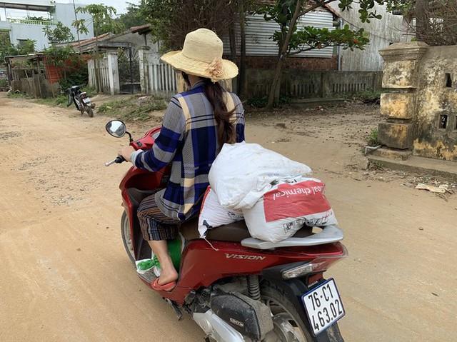 Người dân Quảng Ngãi hối hả ra biển lấy cát chống bão số 9 - Ảnh 13.