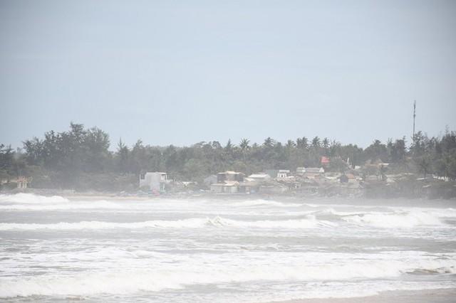 Người dân Quảng Ngãi hối hả ra biển lấy cát chống bão số 9 - Ảnh 14.