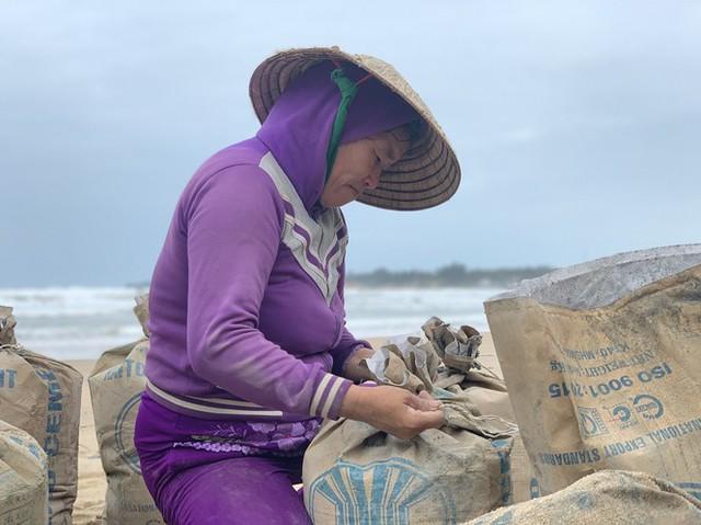 Người dân Quảng Ngãi hối hả ra biển lấy cát chống bão số 9 - Ảnh 3.