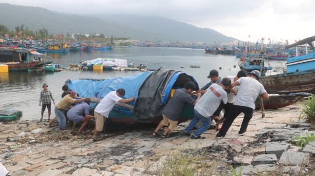 Ngư dân Đà Nẵng hối hả thuê xe cẩu đưa thuyền đi tránh bão số 9 - Ảnh 3.