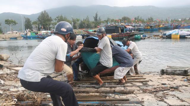 Ngư dân Đà Nẵng hối hả thuê xe cẩu đưa thuyền đi tránh bão số 9 - Ảnh 4.