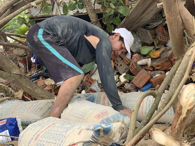 Người dân Quảng Ngãi hối hả ra biển lấy cát chống bão số 9 - Ảnh 5.