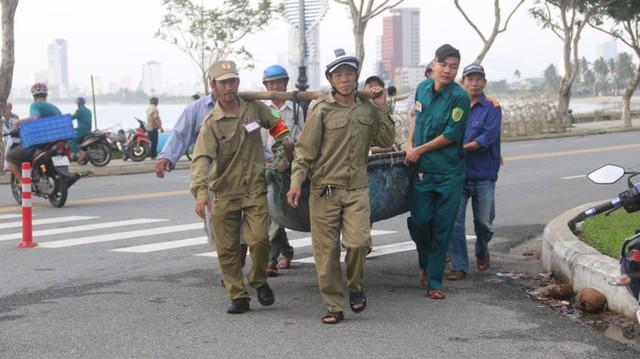 Ngư dân Đà Nẵng hối hả thuê xe cẩu đưa thuyền đi tránh bão số 9 - Ảnh 5.