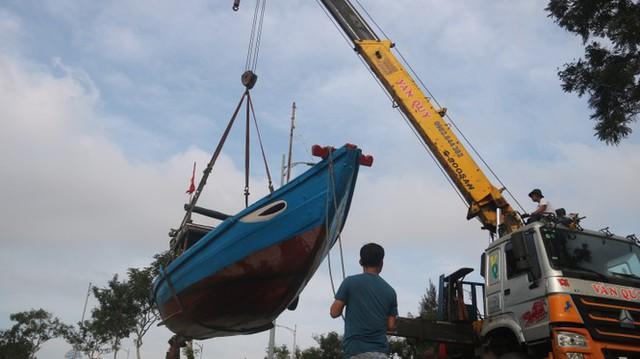 Ngư dân Đà Nẵng hối hả thuê xe cẩu đưa thuyền đi tránh bão số 9 - Ảnh 7.