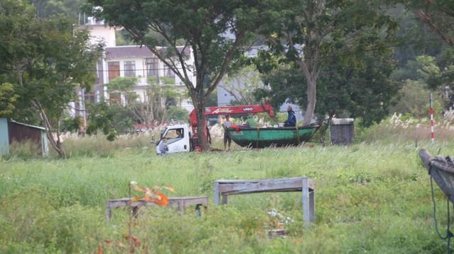 Ngư dân Đà Nẵng hối hả thuê xe cẩu đưa thuyền đi tránh bão số 9 - Ảnh 8.