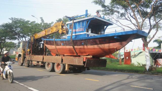 Ngư dân Đà Nẵng hối hả thuê xe cẩu đưa thuyền đi tránh bão số 9 - Ảnh 9.
