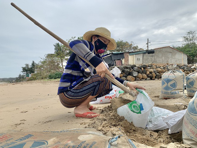 Người dân Quảng Ngãi hối hả ra biển lấy cát chống bão số 9 - Ảnh 10.