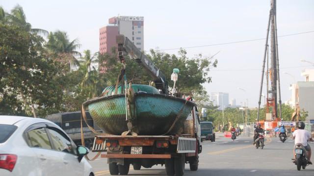 Ngư dân Đà Nẵng hối hả thuê xe cẩu đưa thuyền đi tránh bão số 9 - Ảnh 10.