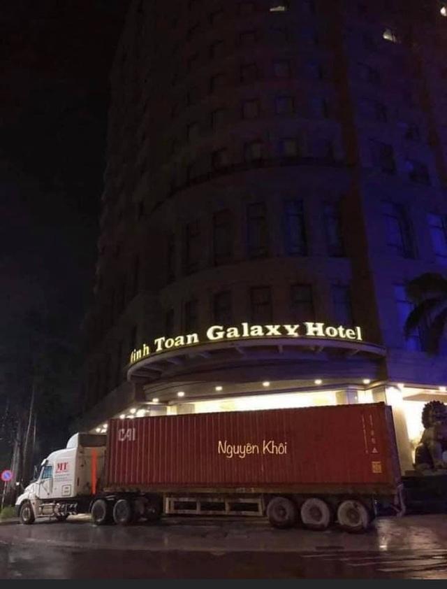 Người Đà Nẵng thuê container chắn trước khách sạn, cửa hàng để đề phòng sức tàn phá khủng khiếp của bão số 9 - Ảnh 1.