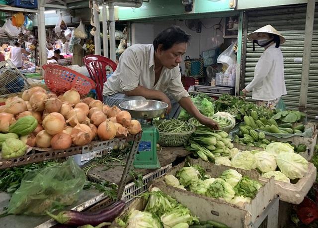 Thị trường rau xanh tại TP Hồ Chí Minh tăng giá vì ảnh hưởng mưa bão - Ảnh 1.